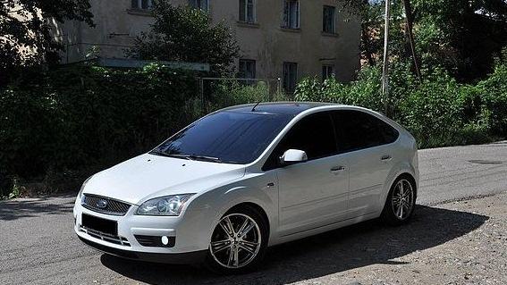 белый ford focus 2