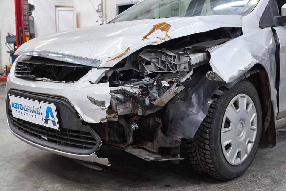 Повреждения передней части Ford Focus после ДТП