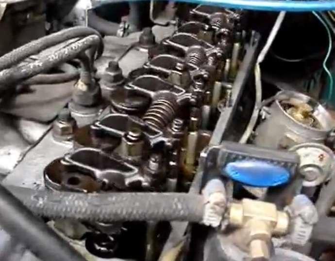 4 отверткой отгибаем усики стопорных шайб, и ключом на 10 регулировка клапанов газ 3110 402 двигатель отворачиваем