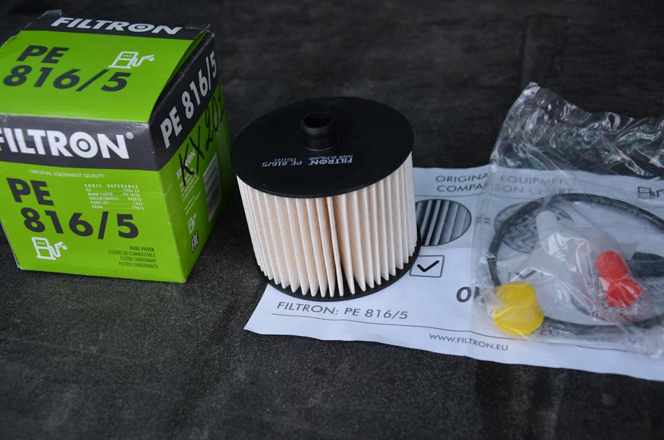 В пластиковом пакете лежит уплотнительное кольцо и пробки-заглушки для топливных трубок и отверстий в корпусе фильтра.