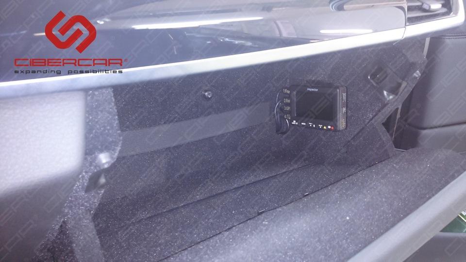 Монитор видеорегистратора в перчаточном ящике.