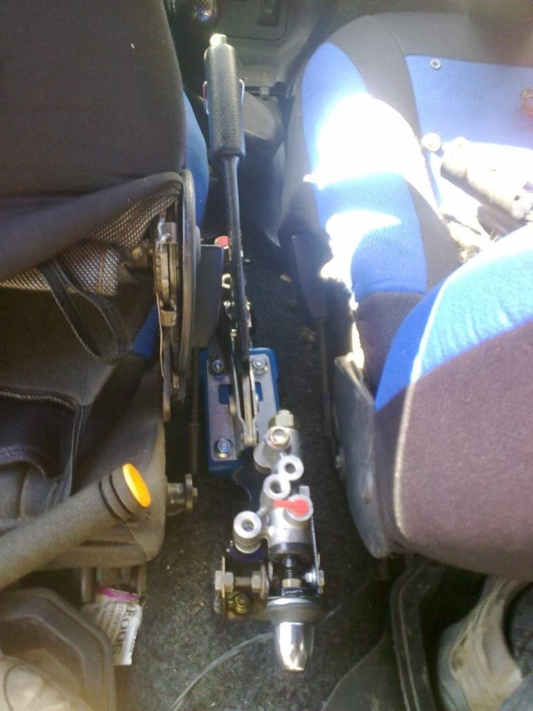 После чего прокинул трубочку от регулятора до ручника и чуток подрезал пластик там где выходит регулятор.