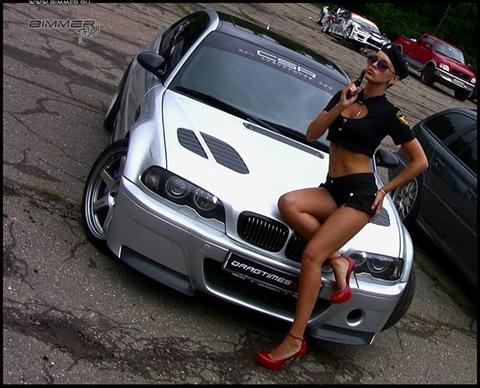 Красивые девушки около машины