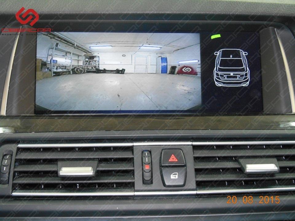 Вид с камеры переднего вида на штатном мониторе BMW.