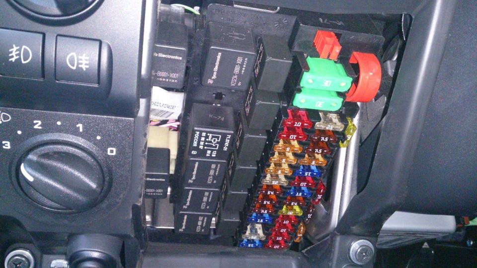 Где стоит салонный фильтр ford focus 3