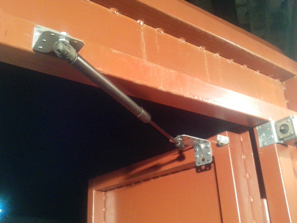 гаражные ворота с газовыми упорами