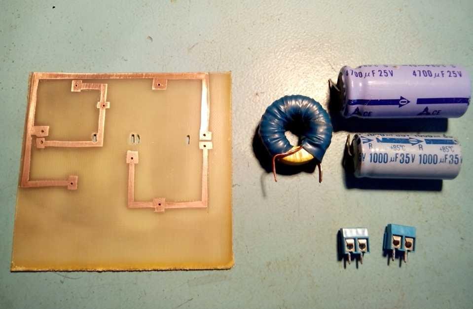 4 конденсатора и катушка.