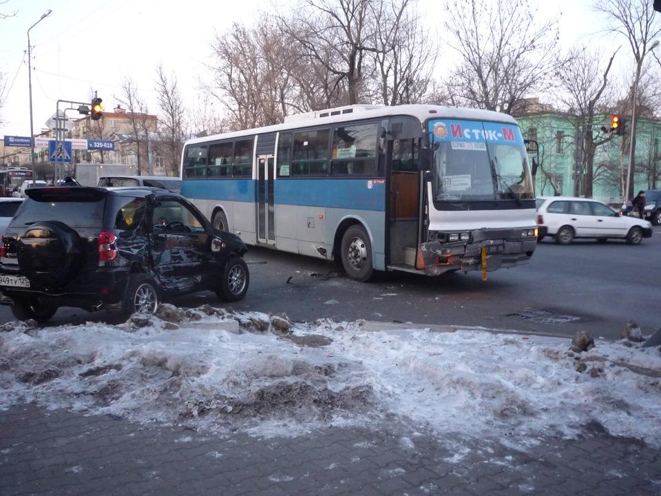В автобусе трогают, девка оседлала ручку скоростей