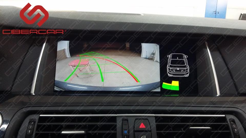 Камера заднего вида в BMW F10 525 xDrive с динамичными линиями парковки и отображением штатных парктроников.