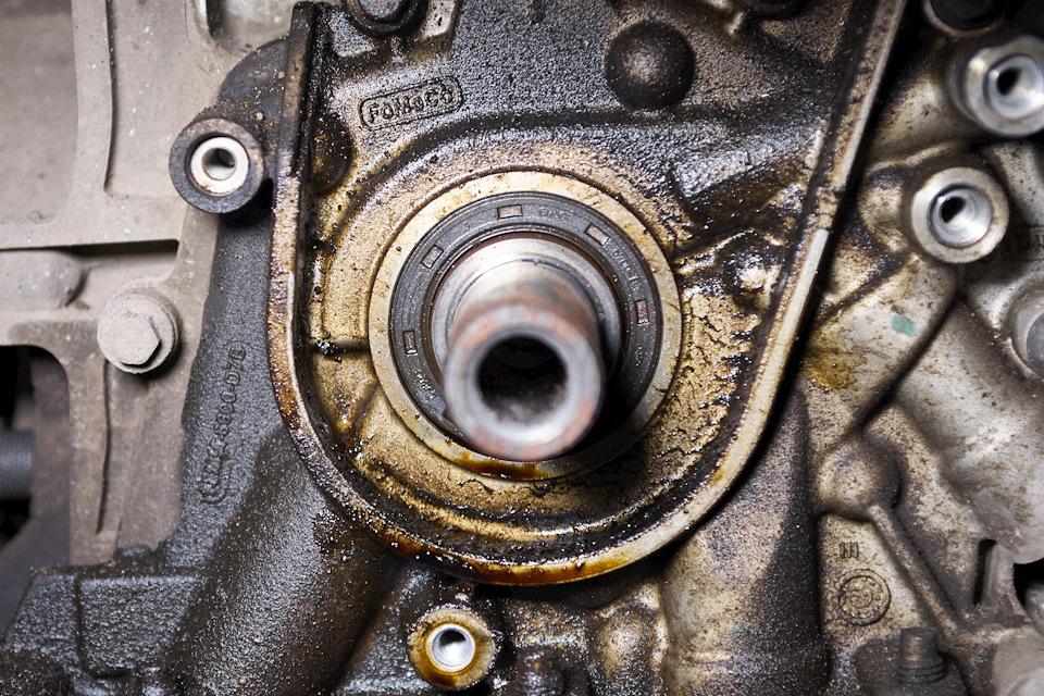 Передний сальник коленчатого вала Ford Focus III — источник протечки