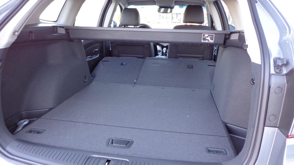 Со сложенными спинками задних кресел полезное пространство возрастает до 1478 литров