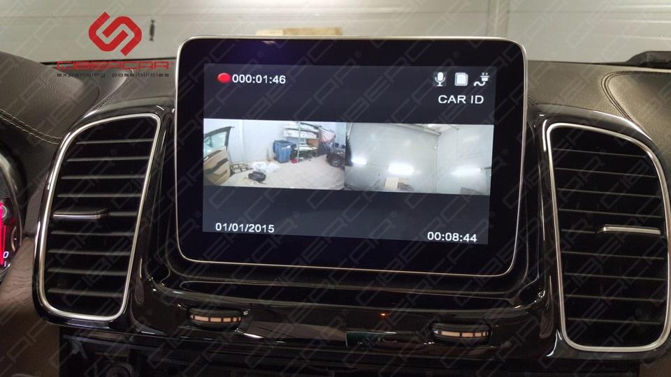 Картинка с двух камер видеорегистратора на штатном мониторе.
