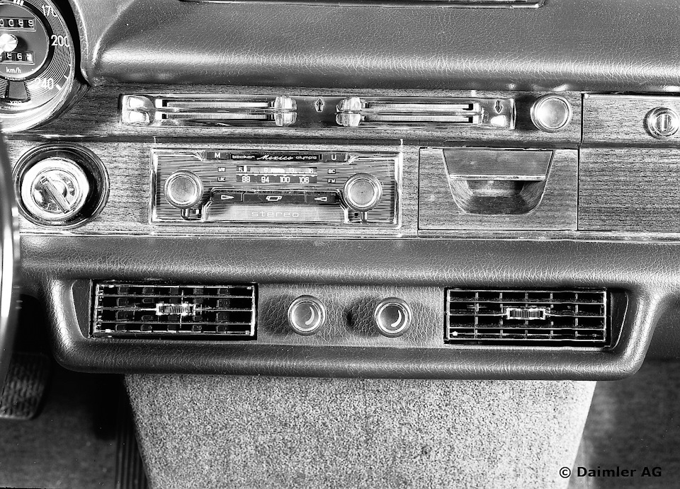 Полный фарш по-штутгартски в конце 60-х: кондиционер, магнитола, пневма, электростекла. Но регулировка сидений ручная, как впрочем и регулировка зеркал