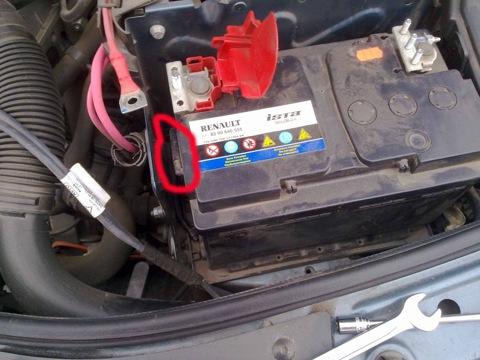 Как снять аккумулятор на рено логане