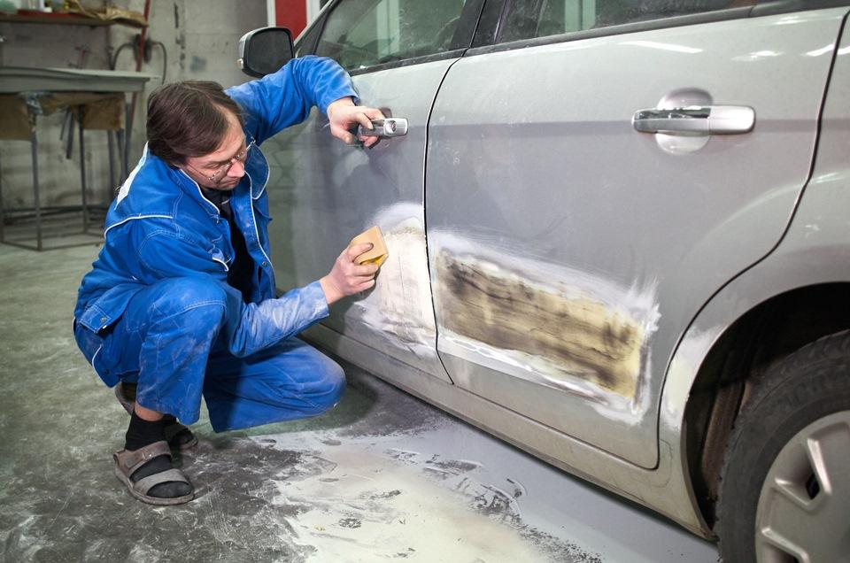 Шлифовка окрашиваемой поверхности дверей при кузовном ремонте Ford Focus после нанесения финишной шпаклёвки