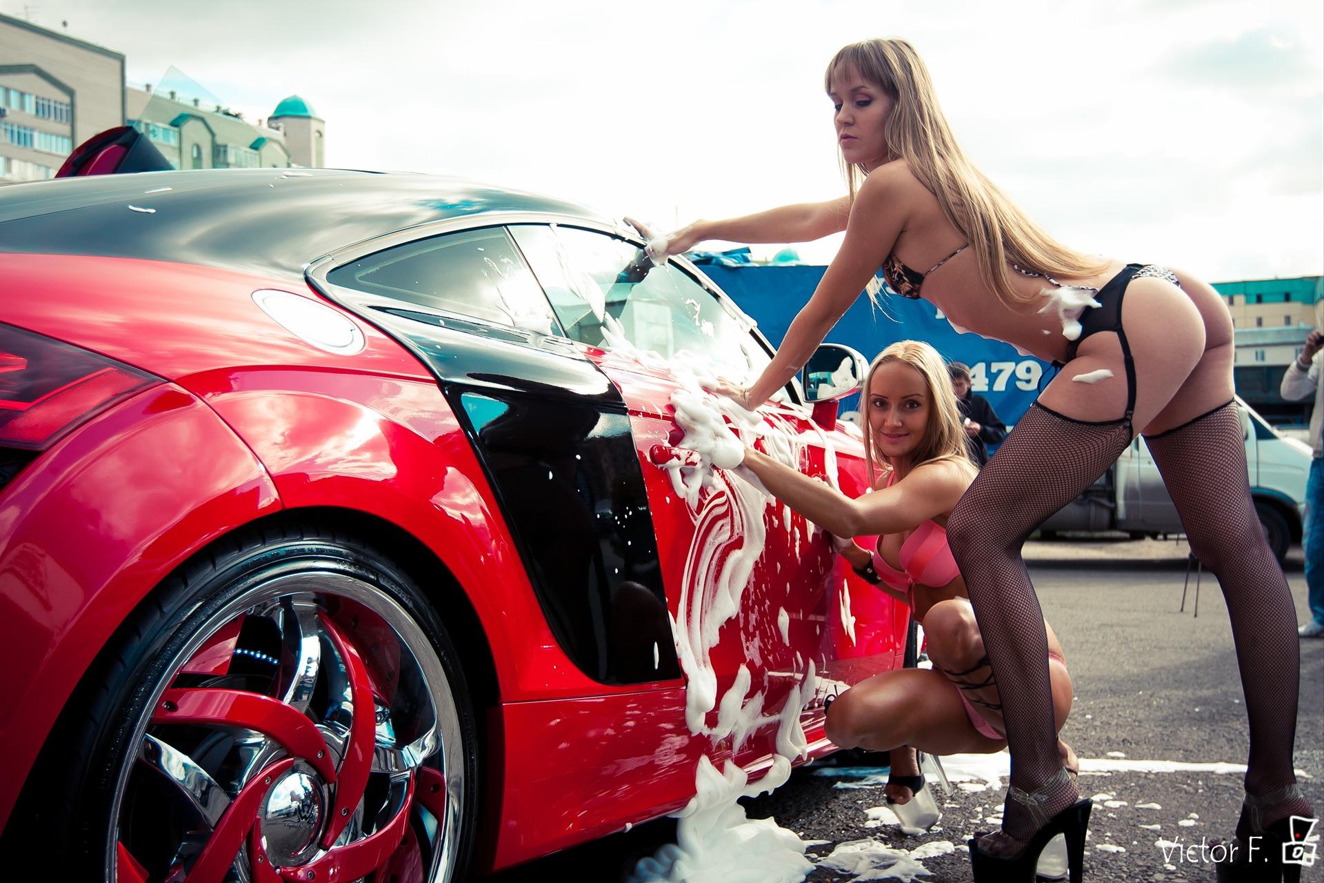 Сексуальные девушки возле машин 24 фотография