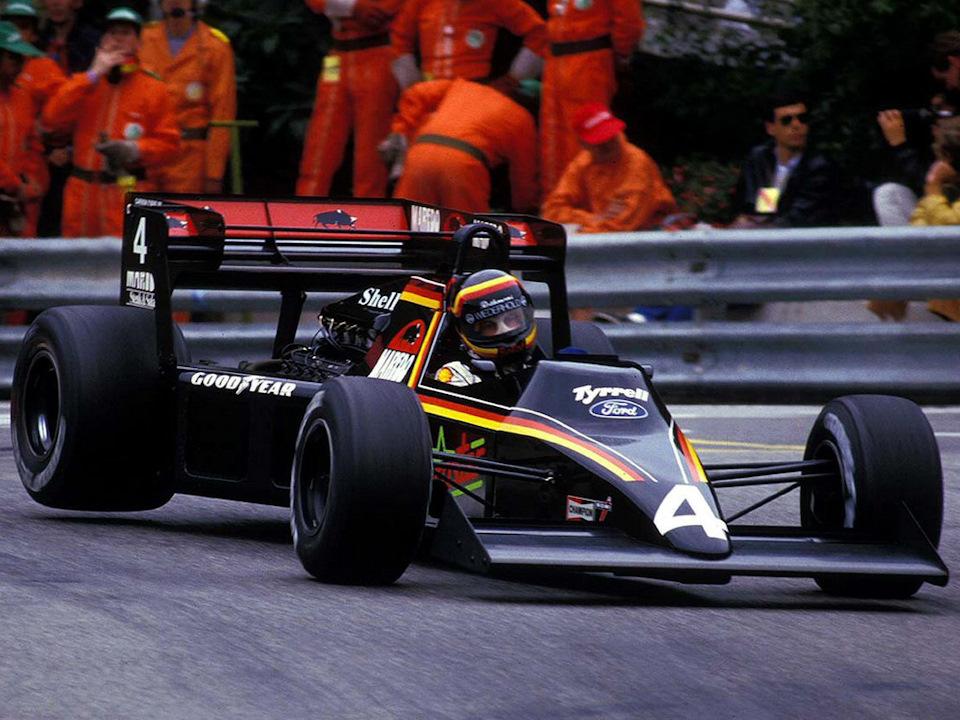 Если забыть о скандалах, то Tyrrell 012 в темной ливрее выглядит потрясающе