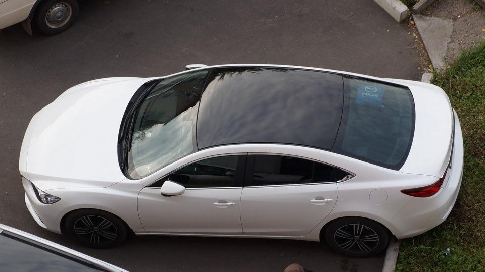 Фото серой машины с черной крышей
