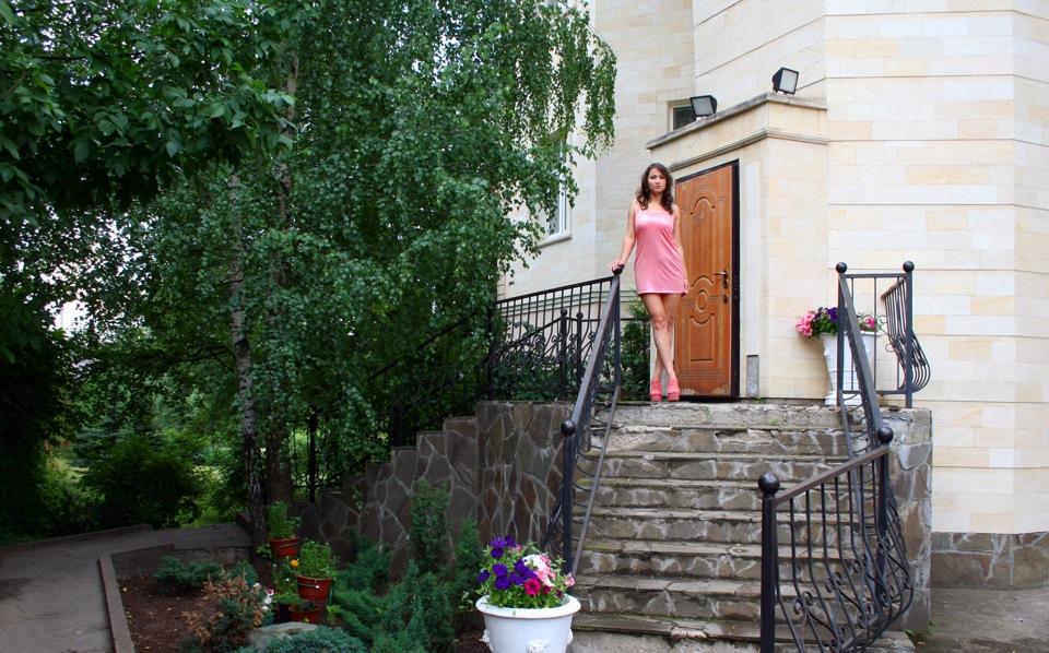 Фото возле дома