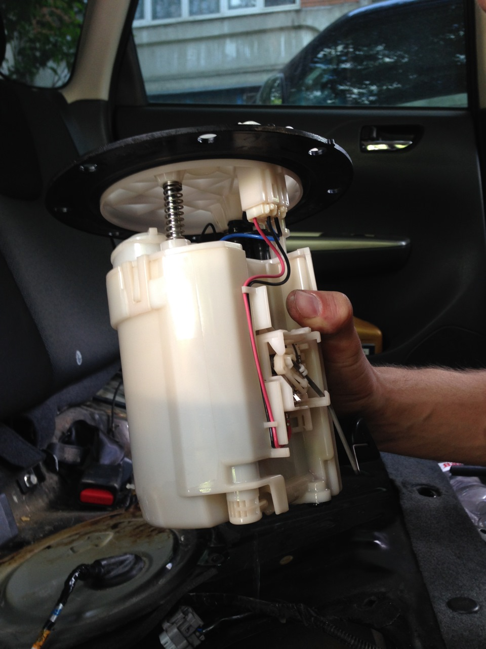 Где находится топливный фильтр на форестер