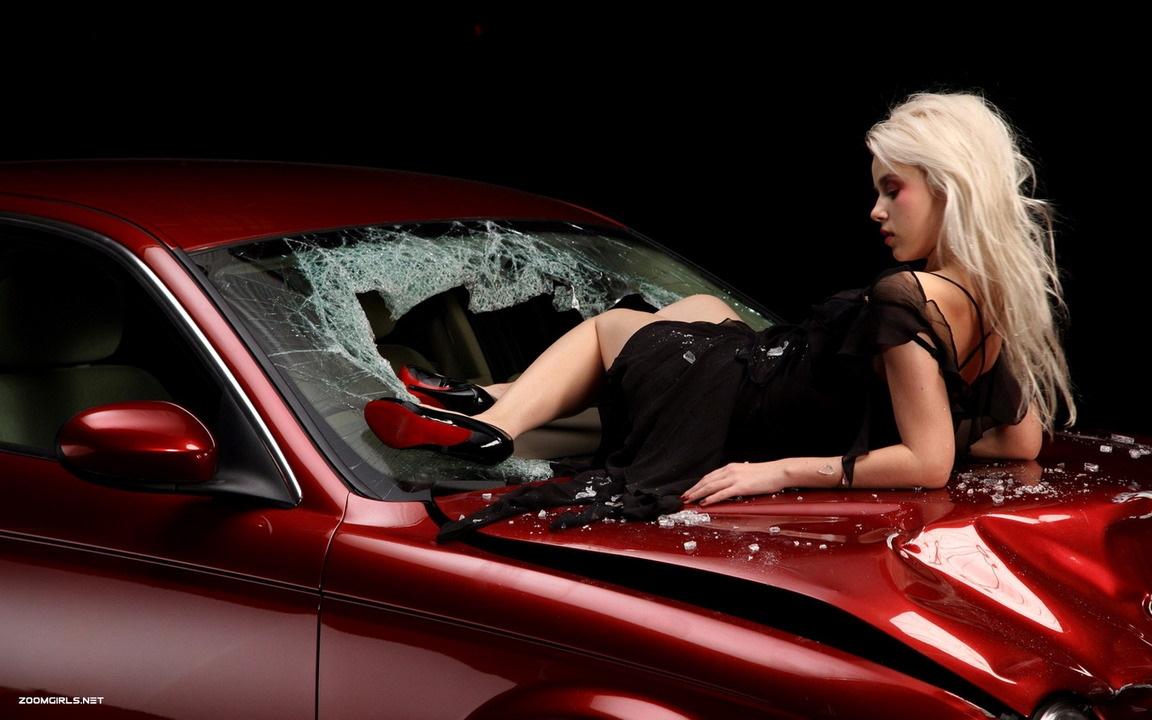 Фото девушки каблук на машине
