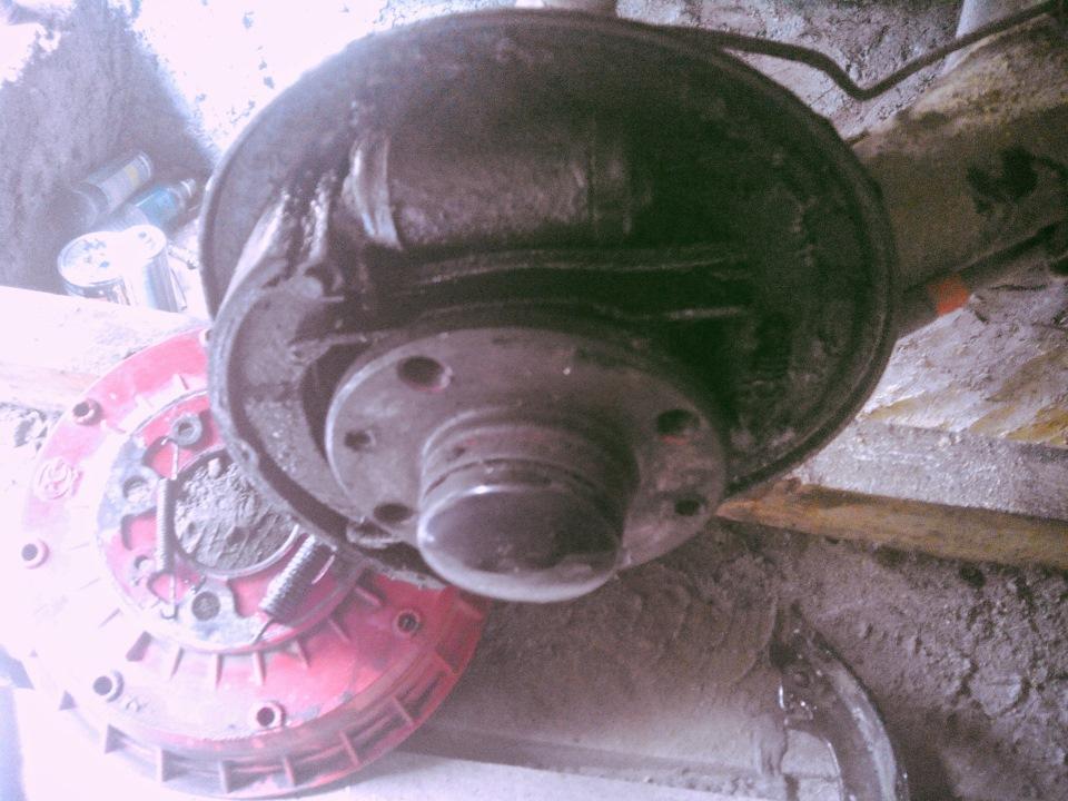 Побрызгал вд-шкой гайку тормозной трубки и принялся за демонтаж.