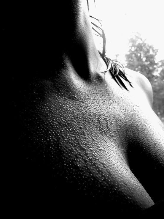 Черно белое фото женской груди