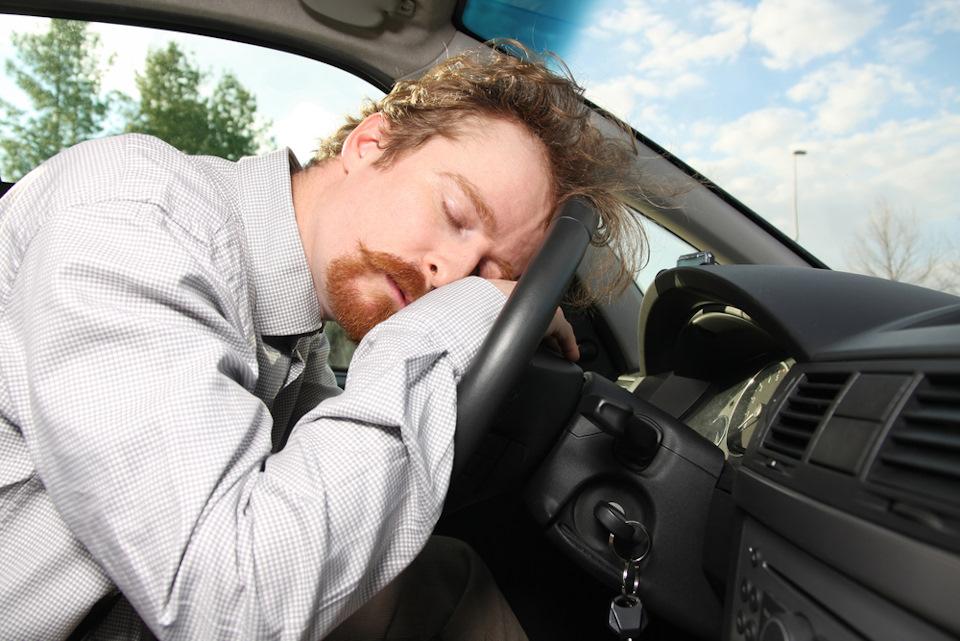 Человек спит в машине фото