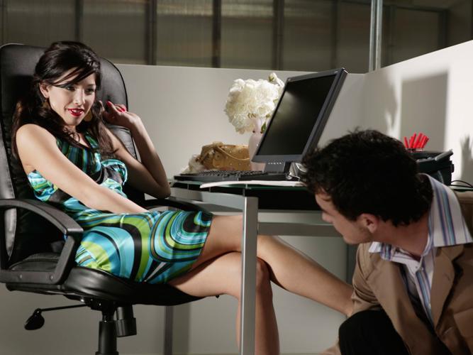 Фото девушки под столом